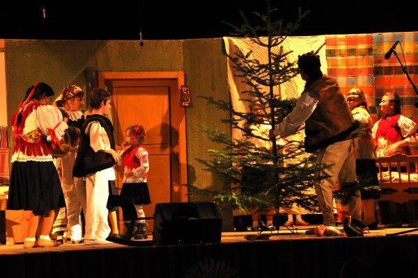 Vystúpenie folklórneho súboru Bučník, jeho členkou je ajAnetkina mama.