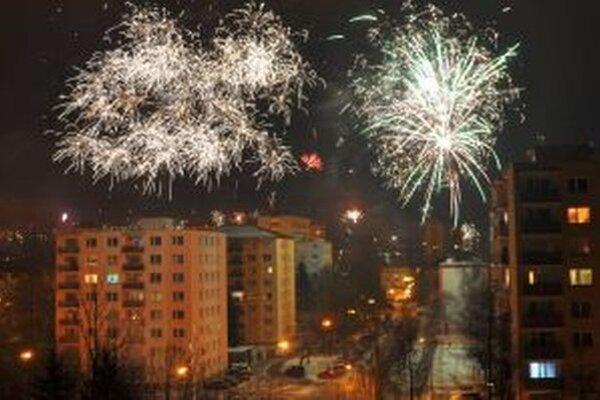 K silvestrovskej zábave patria ohňostroje a výbuchy petárd.