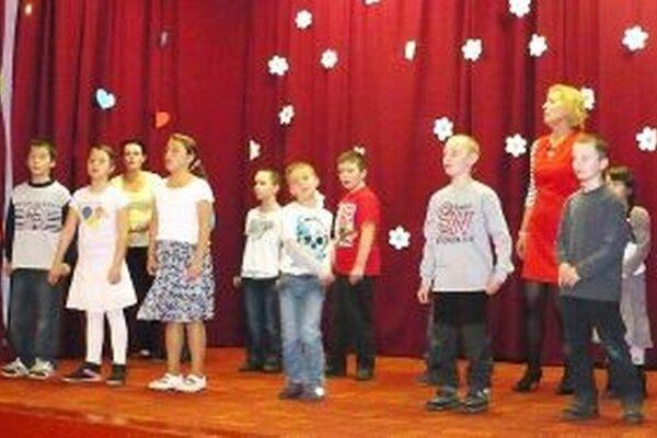 Žiaci a učitelia často pripravujú kultúrny program na obecné podujatia.