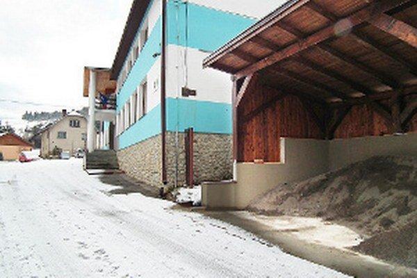 Po vybagrovaní časti zeminy obec vybetónovala oporný múr, na ktorý osadila drevenú konštrukciu.