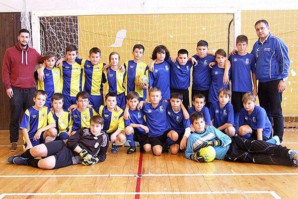 Finále mladších žiakov obstarali Tvrdošín (v žltých dresoch) a Dolný Kubín (v modrých dresoch).