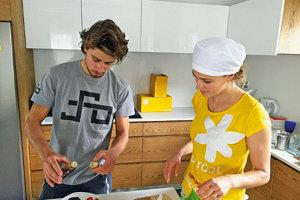 Katka s Petrom v kuchyni. Jej rodina má firmu, ktorá spracúva topinambury.