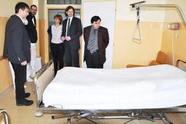David Pötz, riaditeľ Orthopädisches Spital z Viedne (druhý sprava), navštívil Dolnooravskú nemocnicu, ktorej darovali 68 postelí a ďalšie vybavenie.