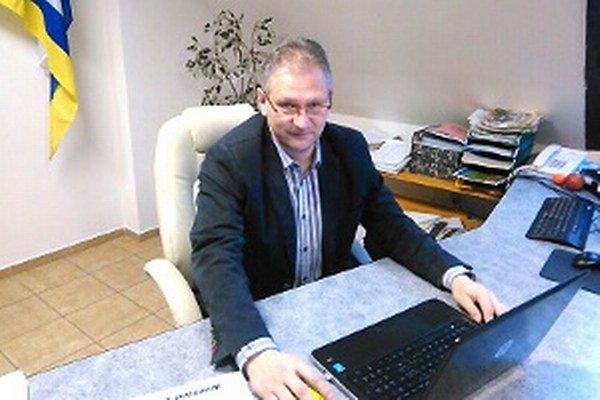 Daniel Laura po dvanástich rokoch vystriedal Antona Buknu vo funkcii starostu Veličnej.