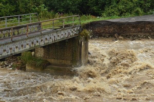 Zničený most v Starej Lesnej.
