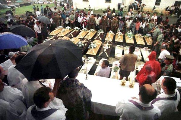 Pohreb časti obetí jarovnickej tragédie.