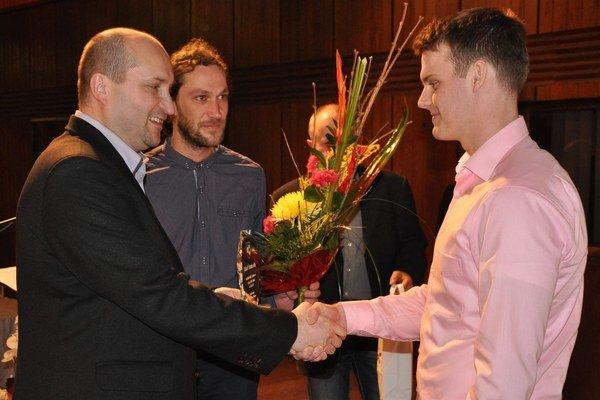 Jakub Stanovský (vpravo)pri preberaní ocenenia za najúspešnejšieho športovca.