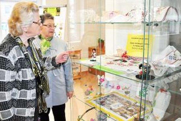 Ručné práce dôchodcov sú vystavené v Oravskej knižnici.