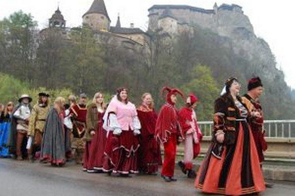 Návštevníci Oravského hradu sa aj tento rok môžu tešiť na historický sprievod dedinou.