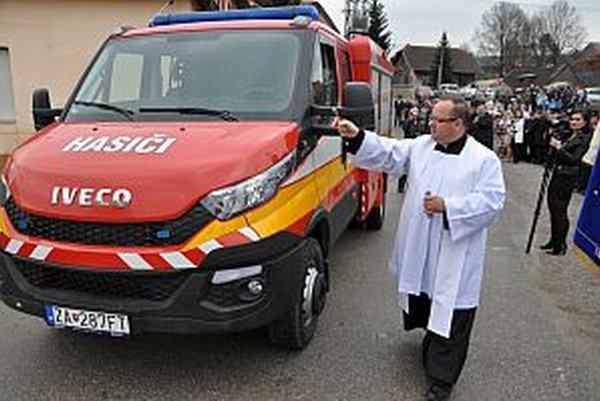 Kňaz požehnal nové auto pre Zubrohlavu.