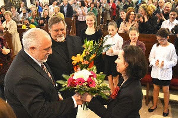 Primátor Roman Matejov ocenil zbor Pamätným listom. Prebrala ho dirigentka Romana Šumská.
