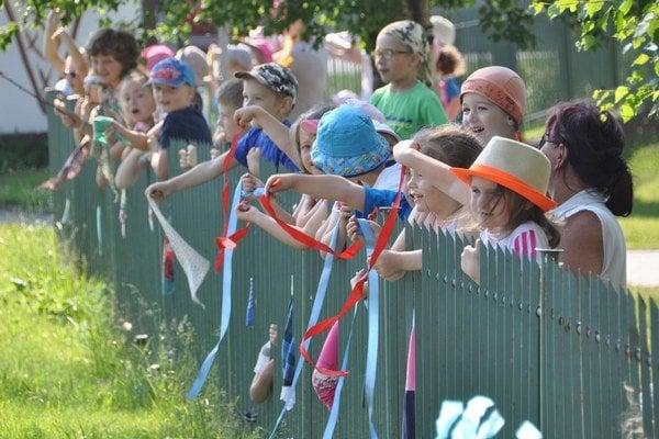 Cyklistom od Nižnej do Suchej Hory fandili základné a materské školy.