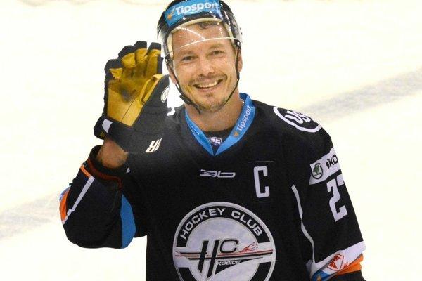 Ladislav Nagy si musel v tretej tretine prezliecť zakrvavený dres.