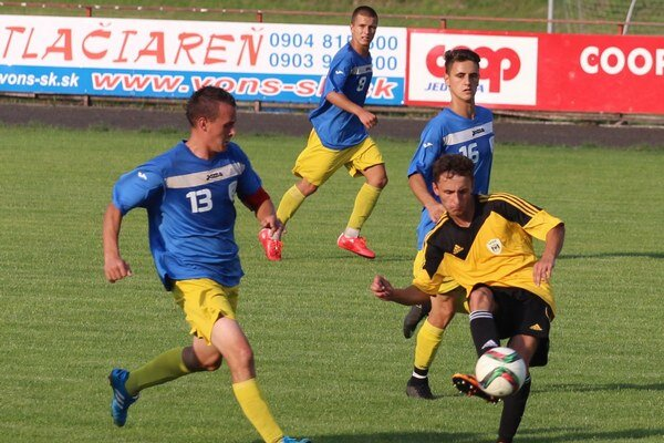 Námestovský MŠK (v žlto-čiernych dresoch) nezaváhal azvíťazil rozdielom triedy.