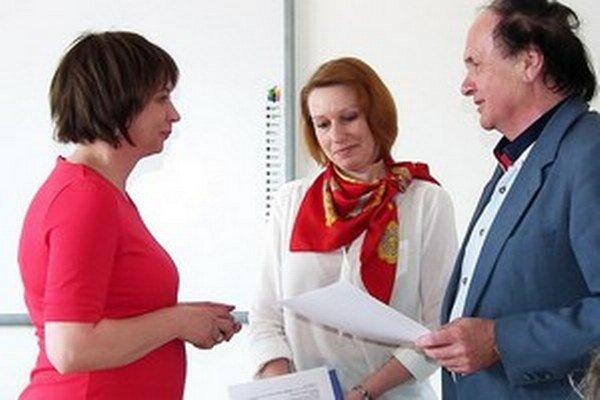 Darina Hamarová (vľavo) vyhrala súťaž Oravskej knižnice o najlepšiu knihu Oravy za rok 2014.
