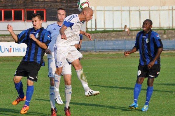 Dolnokubínski futbalisti (v modro-čiernych dresoch) sa proti Popradu gólovo nepresadili.