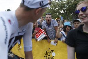 Chris Froome musí naďalej znášať nepríjemné reakcie fanúšikov.