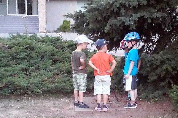 Kde sú? Zmiznutie hodín si všimli aj chlapci, ktorí sa pod nimi hrávali.