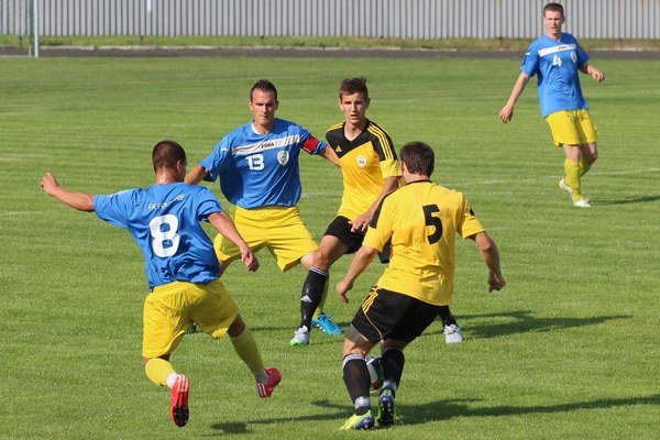 Námestovčania (v žlto-čiernych dresoch)prekvapujúco doma prehrali proti Lučencu.