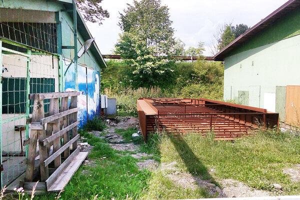 Medzi dvomi budovami je zámer postaviť ďalšiu.