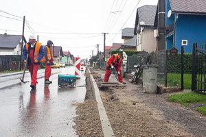 Robotníci sa snažia robiť, aj keď počasie im absolútne nepraje.