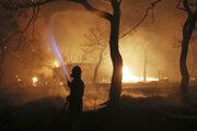 Požiare v Grécku si vynútili uzavretie diaľnic spájajúcich Peloponézsky polostrov so strednou časťou krajiny a grécka metropola sa vďaka nemu ponorila do oranžového oparu.