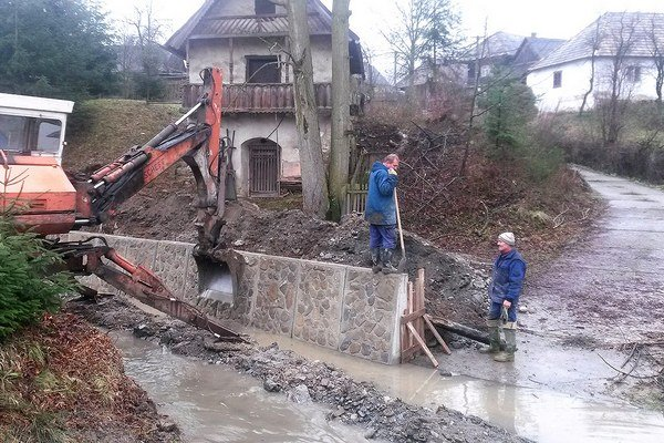 Vodohospodári upravujú breh potoka.