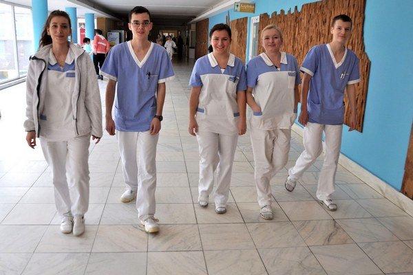 Študenti strednej zdravotníckej školy. Veľa z nich nechce pracovať v nemocnici.