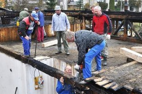 Susedia pomáhali pri hasení aj stavaní novej strechy.