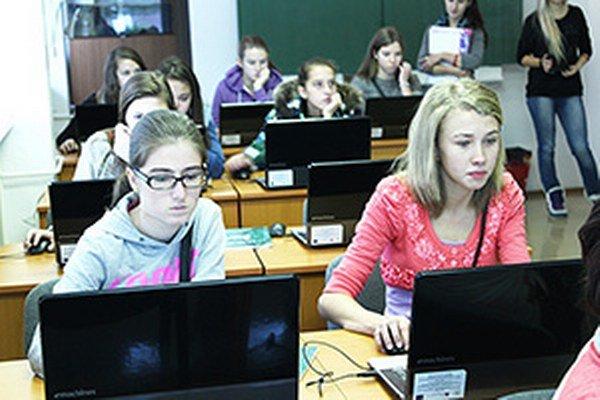 Návštevníkov školy zaujala práca s počítačmi.
