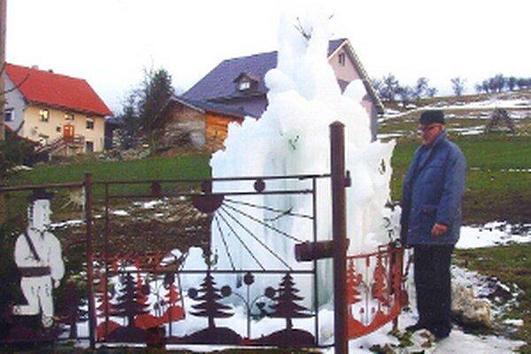 Ľadová socha vyrástla u Sojčákovcov v záhrade.