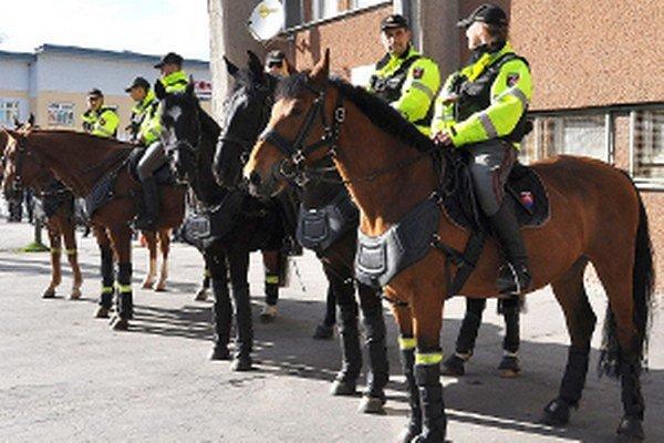 Policajti na koňoch kontrolujú hlavne odľahlé oblasti dedín a osád.