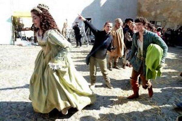 Princezná (Celeste Buckingham) sa náhli na natáčanie. Za ňou kráča princ (Samuel Spišiak)