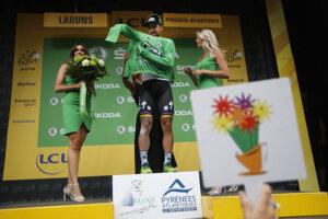 Slovenský cyklista Peter Sagan si oblieka zelený dres lídra bodovacej súťaže a teší sa na pódiu po 19. etape Tour de France 2018.