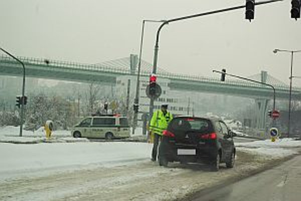 Polícia usmerňuje dopravu na výjazde a zjazde z diaľnice aj na Orlovskom moste.