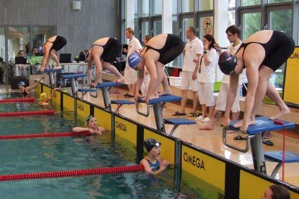 Plavecký výkony v bazéne podporili aj syry a koláče.