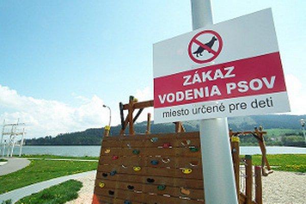 Na detské ihrisko na Nábreží psy nesmú.