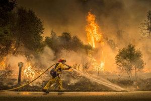 Obeťami sú dvaja požiarnici a traja obyvatelia.