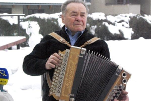 Hoci bude mať o rok Anton Hošman osemdesiat, stále si rád zahrá.