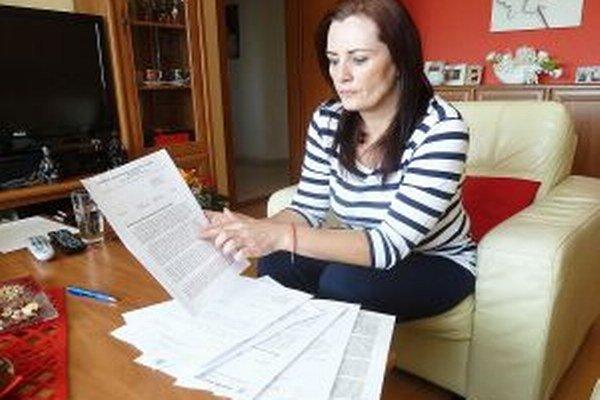 Zuzana Hricková drží rukách okamžitú výpoveď, ktorú dostala za status na sociálnej sieti.