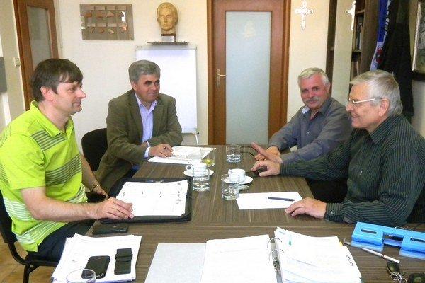 Na jednom z mnohých stretnutí organizačného tímu poslanci Zastupiteľstva ŽSK Igor Janckulík (NEKA) a Albín Maslaňák (KDH),podnikatelia Marián Grígeľ a Ondrej Jackulík (zľava doprava)