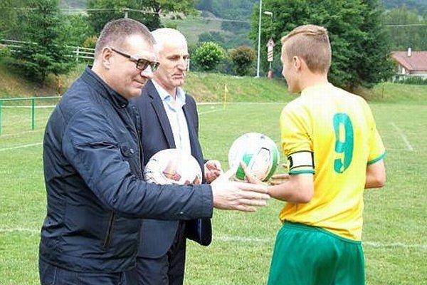 Ján Kováčik, prezident SFZ, odovzdal mladým futbalistom podpísané lopty.
