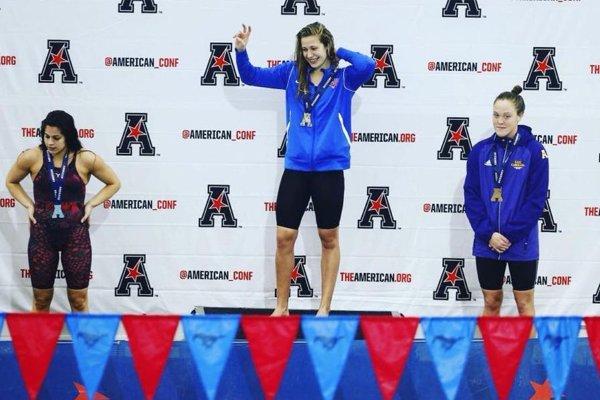 Na konferenčných majstrovstvách AAC Andrea Podmaníková (v strede) vyhrala 200y prsia.