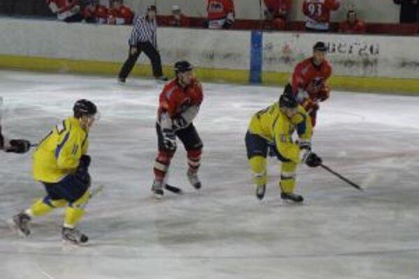 Hráči Pov. Bystrice (v červenom) si poradili s nepríjemným Trebišovom.
