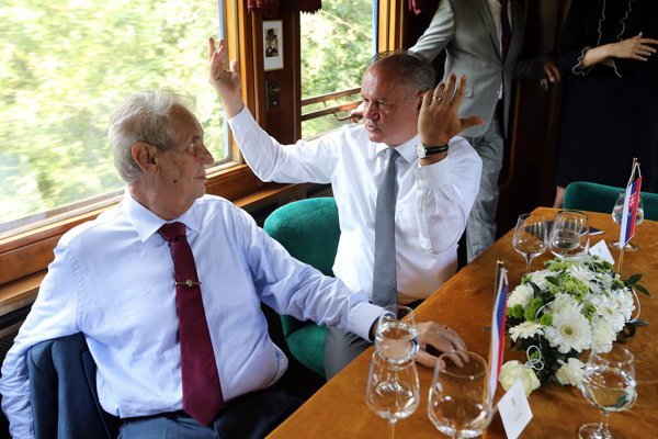 Prezident ČR Miloš Zeman a prezident SR Andrej Kiska počas cesty historickým vlakom z Hodonína do Topoľčianok v rámci osláv 100. výročia vzniku Československa.