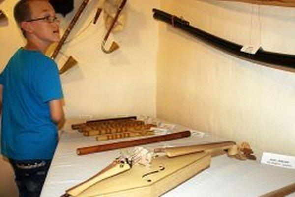 Hudobné nástroje zaujali aj mladších návštevníkov.