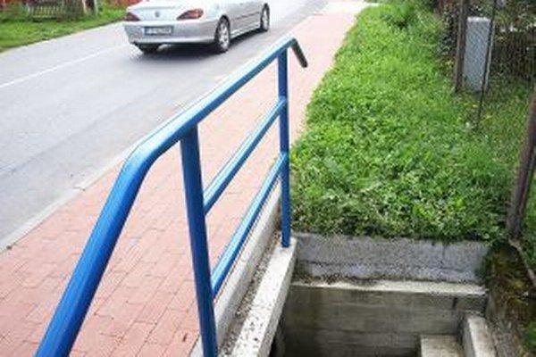 Ľudia chodia bezpečnejšie okolo hlavnej cesty a majú aj prístup k vode v potoku.