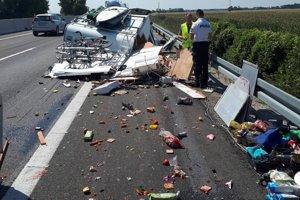 Z miesta nehody karavanu s osobným autom.