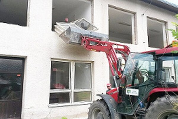 Na stavebných prácach sa podieľali pracovníci obecnej prevádzky aj nezamestnaní.