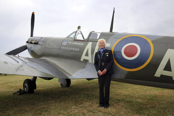 Na archívnej fotografii  18. augusta 2015, pilotka RAF a veteránka II. svetovej vojny Mary Ellis pózuje pri stíhačke Spitfire.